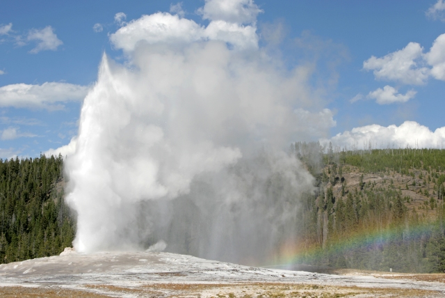 old-faithful-geyser-and-rainbow